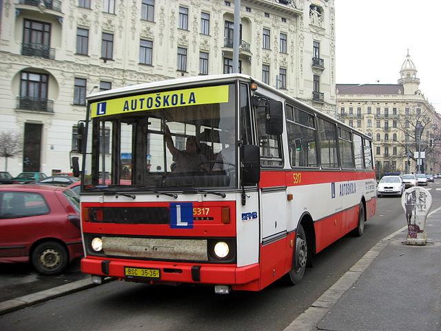 Myslíte, že i autobusák dostal řidičák po třech hodinách jízd? A máte z toho radost? Foto: Dezidor, Wikimedia Commons